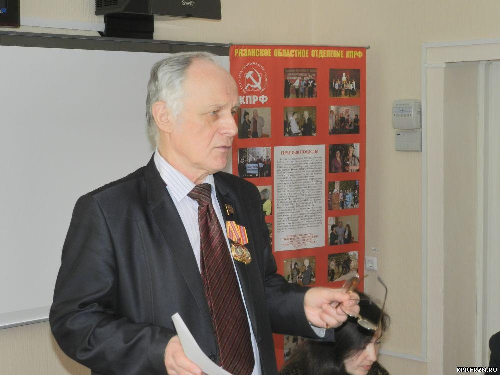 На семинаре-совещании первых секретарей выступает В.Н. Федоткин.
