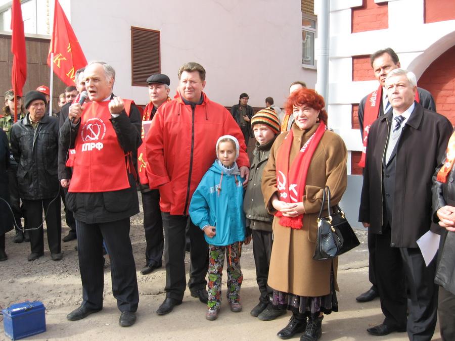 Федоткин В.Н., первый секретарь Рязанского обкома КПРФ, депутат Государственной Думы ФС РФ выступает на пикете против не честных выборов в Тамбове.