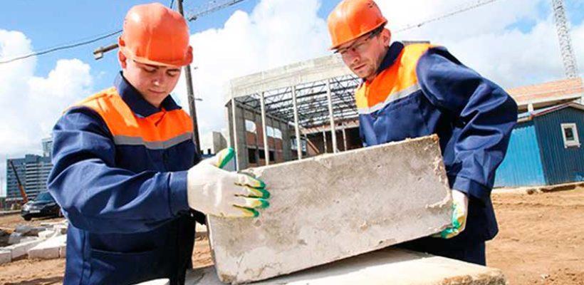 Рязанские комсомольцы трудятся на строительстве гимнастического центра в Минске