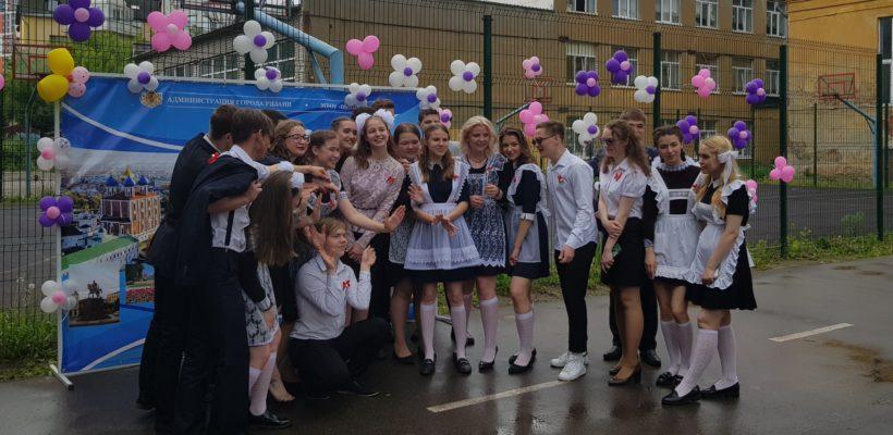 Коммунисты поздравили школьников на последних звонках