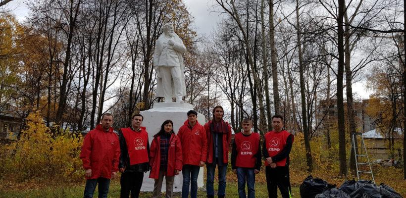 Рязанские коммунисты привели в порядок памятник Чернышевскому