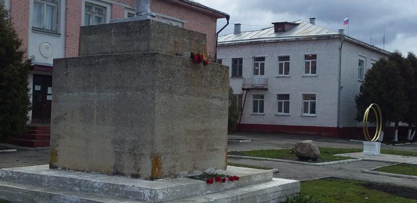 Ухоловские коммунисты возложили цветы к памятнику В.И. Ленину