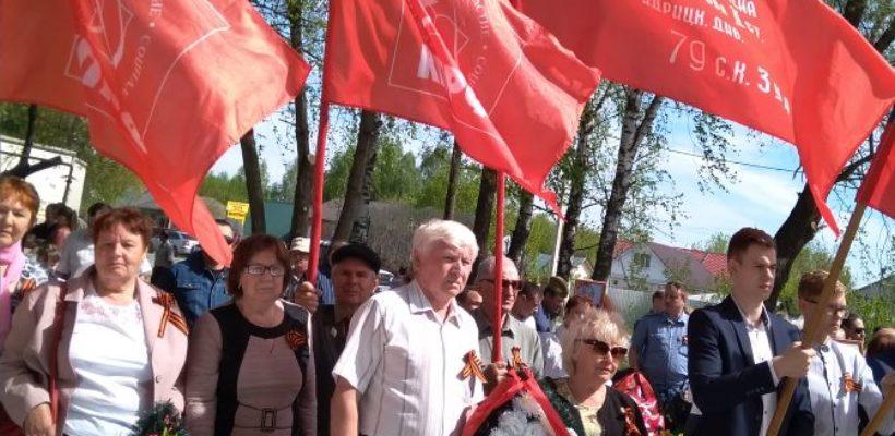 Коммунисты Тумских первичных отделений приняли активное участие в шествии посвященному Дню Победы