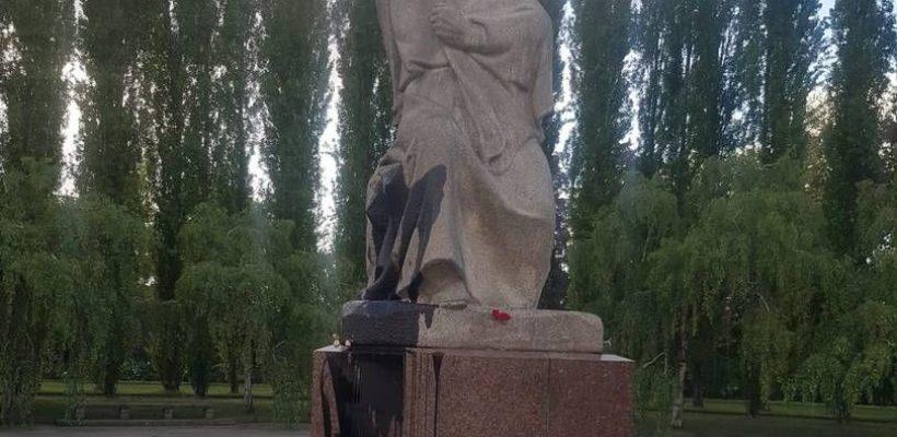 В Берлине осквернили памятник победы в Трептов Парке