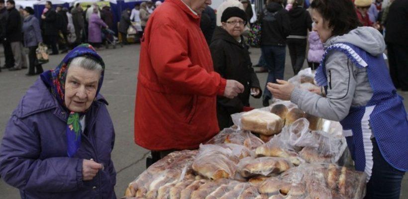 Росстат: у половины россиян хватает денег лишь на еду и одежду