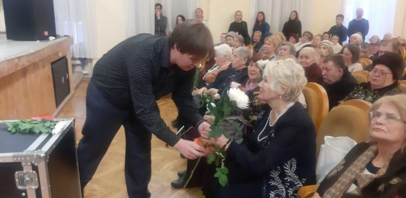 Алексей Захаров поздравил женщин Советского района с Днём матери