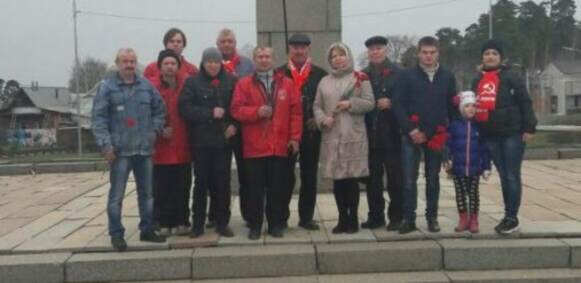 Коммунисты Советского райкома возложили цветы к памятникам В.И. Ленину