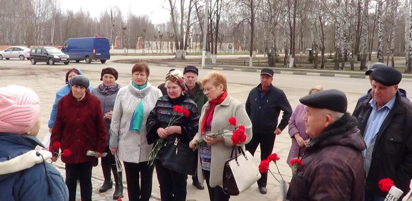 Коммунисты Кораблинского района возложили цветы к памятнику В.И. Ленину