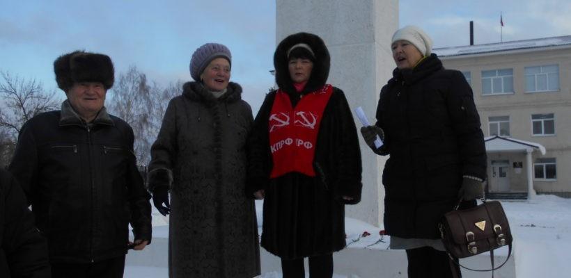 Клепиковские коммунисты в День памяти В.И. Ленина возложили цветы к подножию памятника