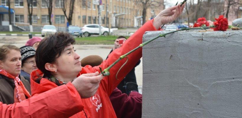 Коммунисты и комсомольцы Железнодорожного района Рязани возложили цветы к памятнику В.И. Ленину и провели Ленинские беседы