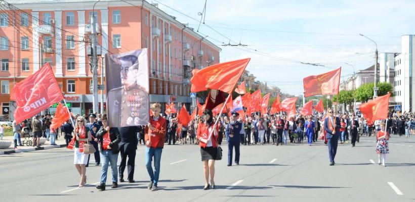 Невыученные уроки истории. Рязанские коммунисты в праздничном шествии показали горожанам истинные символы Великой Победы