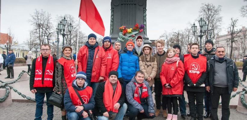 Рязанские комсомольцы приняли участие в Московском праздничном шествии 7 ноября