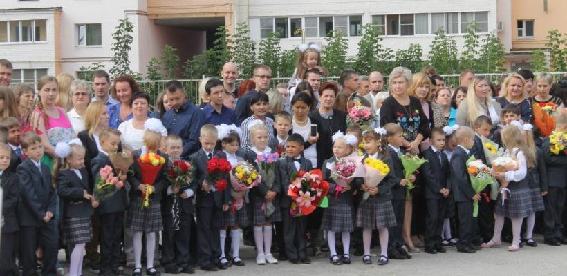 Депутаты-коммунисты и их помощники пришли в рязанские школы с приветственными адресами
