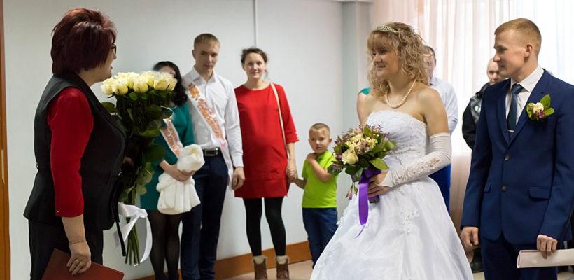 Совет да любовь! Депутат-коммунист поздравила молодую семью с бракосочетанием