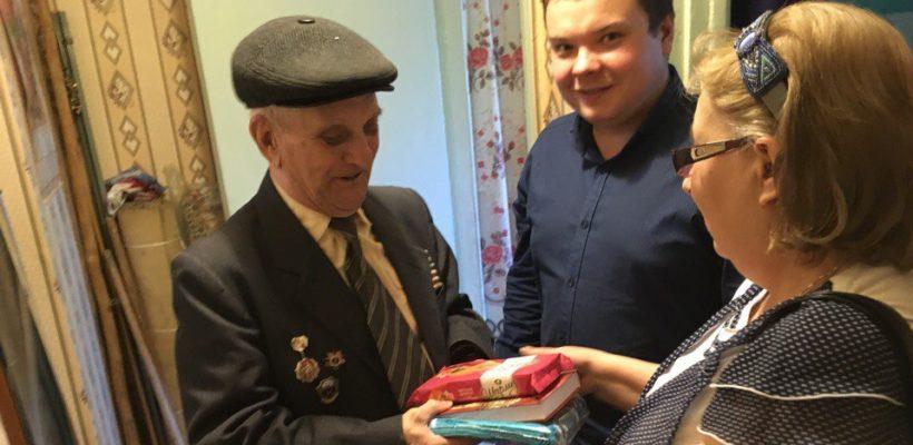 Комсомольцы и коммунисты Октябрьского района города Рязани поздравили ветеранов с Днём Победы