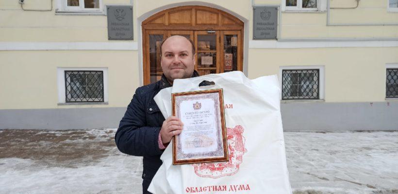 Денис Сидоров наградил ценным подарком областной Думы учителя информатики школы №39