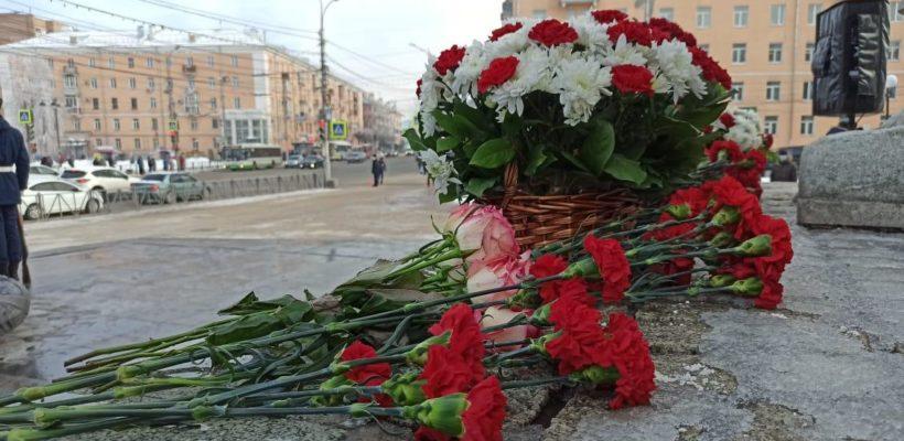 В честь 78-й годовщины победы в Сталинградской битве депутаты от КПРФ возложили цветы к монументу Победы