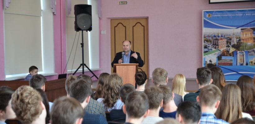 В преддверии Дня местного самоуправления прошла встреча старшеклассников 39-й школы с коммунистами