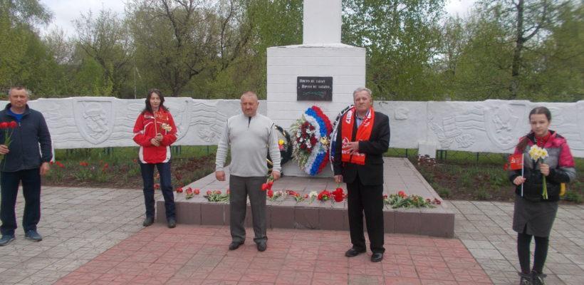 Чучковские коммунисты возложили цветы к памятнику погибшим воинам