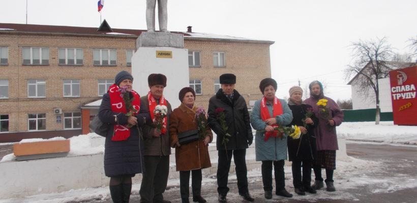 Коммунисты Милославского района возложили цветы к памятнику вождю мирового пролетариата