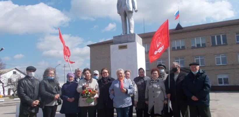 Милославские коммунисты возложили цветы к памятнику вождю мирового пролетариата