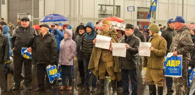 Ленинградские коммунисты встретили агитпоезд ЛДПР плакатами «Лапы прочь от Мавзолея!»