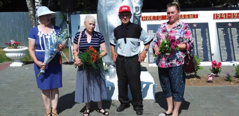 """Клепиковские коммунисты возложили цветы к памятнику """"Воину освободителю"""""""
