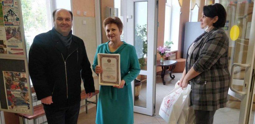 Денис Сидоров наградил ценными подарками областной Думы учителей школы №39