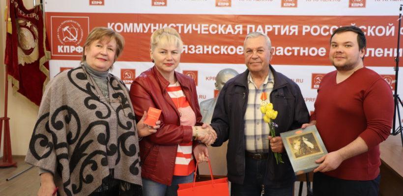 Октябрьский райком КПРФ поздравил товарища с юбилеем
