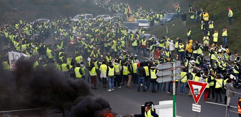 """Свыше 80 тыс. """"желтых жилетов"""" приняли участие в акциях протеста во Франции"""