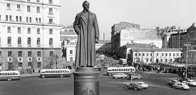 Коммунисты потребовали вернуть памятник Дзержинскому на его законное место!