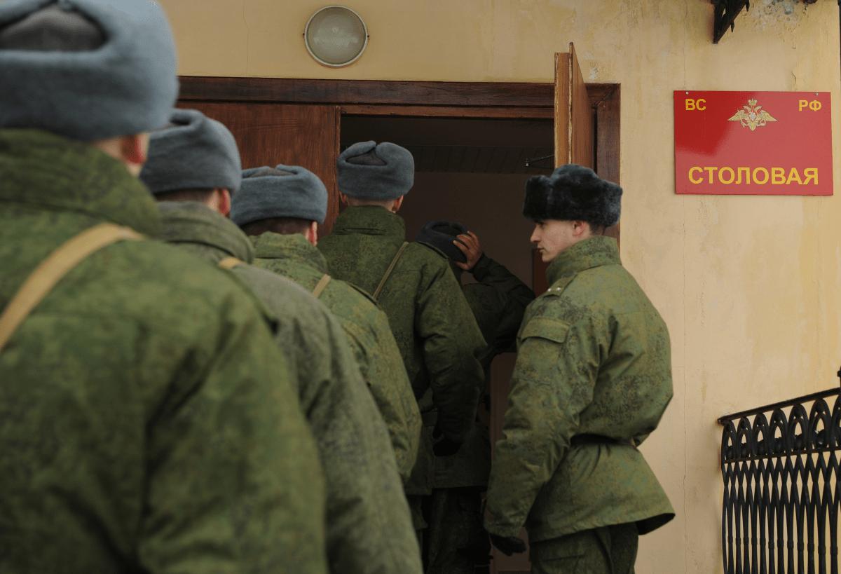 Чиновники минобороны получили откаты на 648 млн рублей на закупках ложек, ножей и черпаков