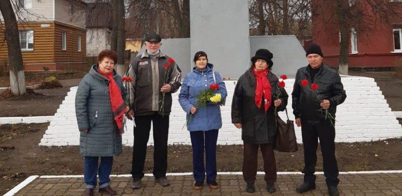 Спасские коммунисты возложили цветы у памятника В.И.Ленина