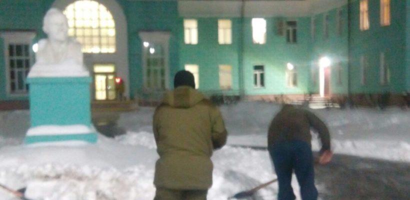 В помощь коммунальщикам. Сасовские комсомольцы помогают с уборкой снега