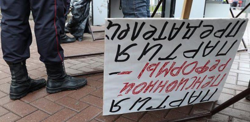 Власть в тупике: Народ не простил Медведеву и Путину пенсионную реформу