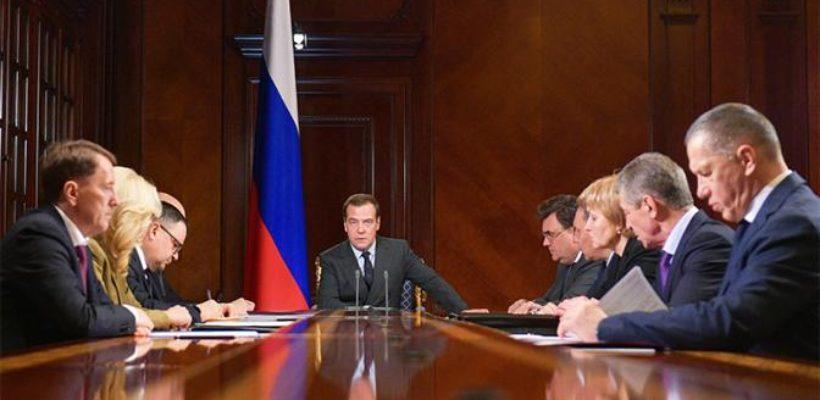 Провал Медведева: За нищих стариков и уничтоженную медицину так и не ответил