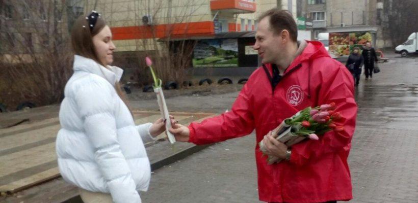 Коммунисты поздравили с 8 Марта женщин на улицах Рязани
