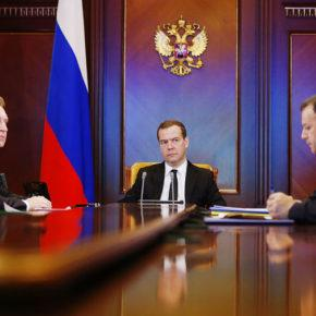 Правительство России полным составом ушло в отставку