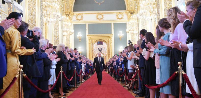 Российская элита присваивает создаваемые обществом ресурсы и тормозит  развитие страны