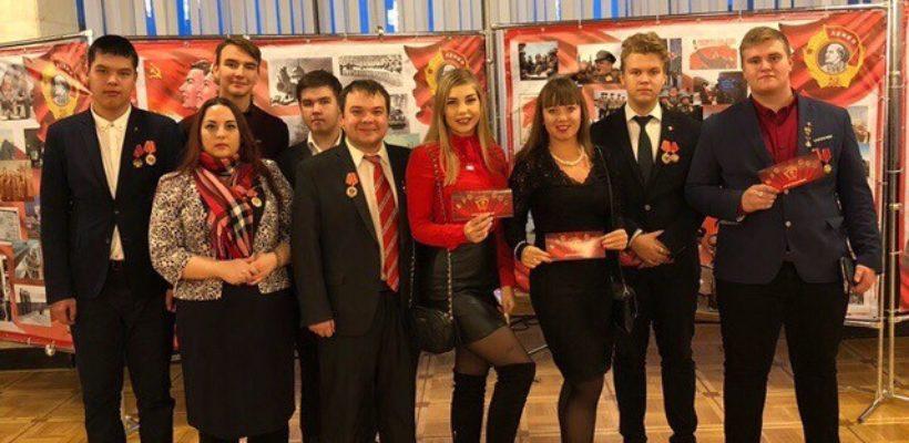 Комсомольцы на праздничном концерте в Москве, посвящённом 100-летию Ленинского комсомола