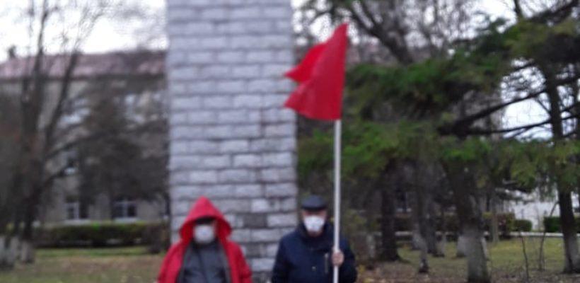 Пронские коммунисты возложили цветы у памятника В.И.Ленина
