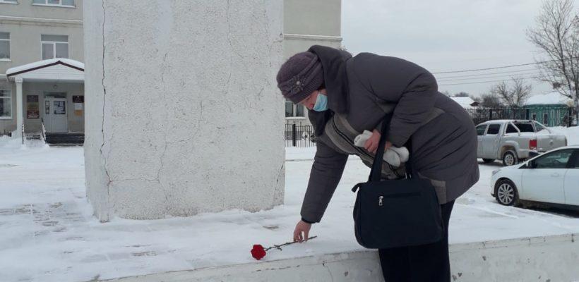 Клепиковские коммунисты возложили цветы к памятнику В.И. Ленина